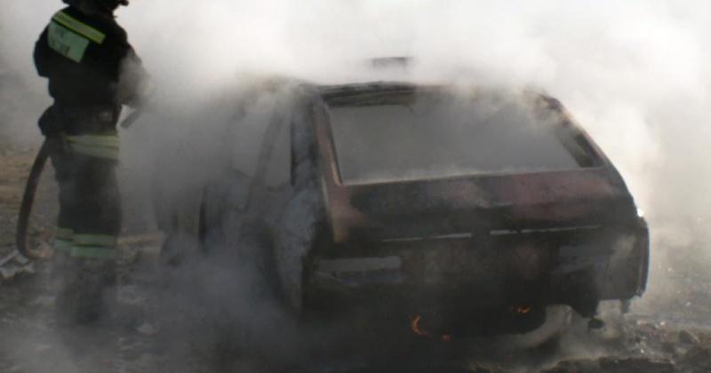 Магаданские пожарные ликвидировали загорание автомобиля на улице Карла Маркса