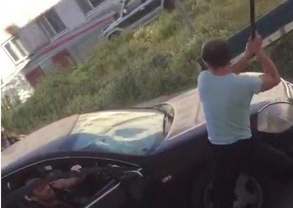 В Магадане сотрудники полиции задержали правонарушителя, повредившего чужой автомобиль