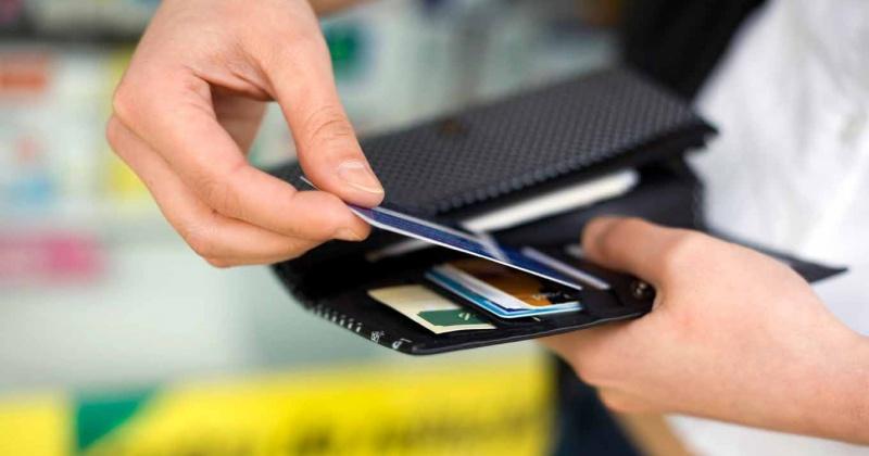 Житель Магадана беспрепятственно совершил покупки в магазинах, расплачиваясь при этом найденной картой