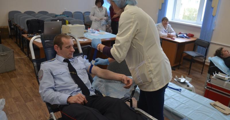 Свыше пяти литров крови сдали полицейские Магадана