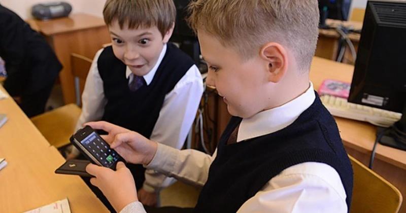 Жители Магадана против использования школьниками мобильных телефонов на уроках
