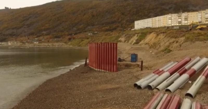 Гигантский металлический щит появился на пляже в Нагаева в Магадане