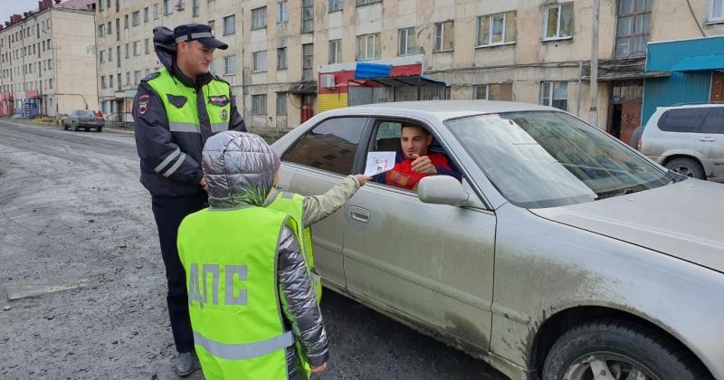 В Магаданской области Госавтоинспекторы и дети подготовили памятки для водителей