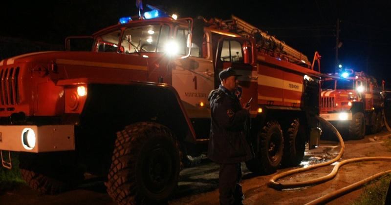 При пожаре в многоквартирном доме в Магадане огнеборцы спасли женщину