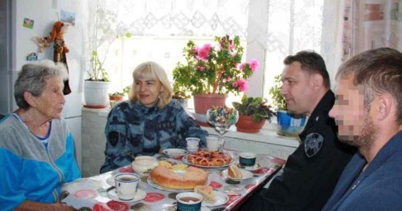 Сотрудники магаданского ОМОН посетили ветерана Великой Отечественной войны Басю Митрофанову