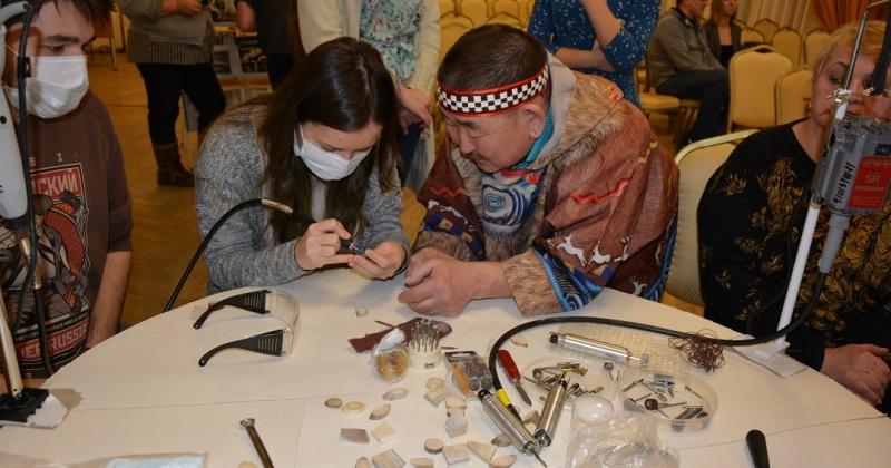 Пять сувениров магаданского костореза отнесены к изделиям народных художественных промыслов Магаданской области