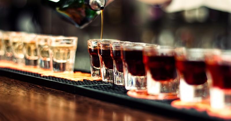 Заксобрания субъектов смогут закрывать бары и кафе, расположенные в многоквартирных жилых домах