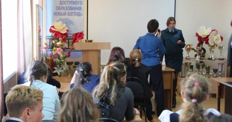 Сотрудники МЧС проводят уроки безопасности в школах Магадана