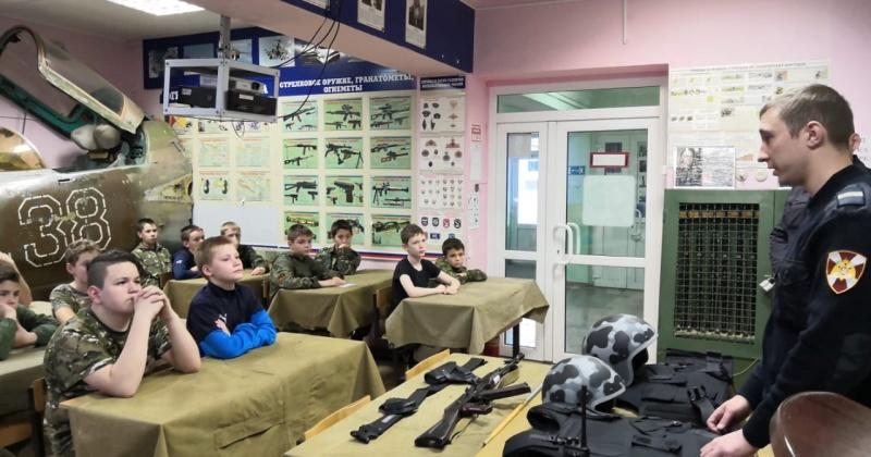 Сотрудники вневедомственной охраны встретились с магаданскими школьниками