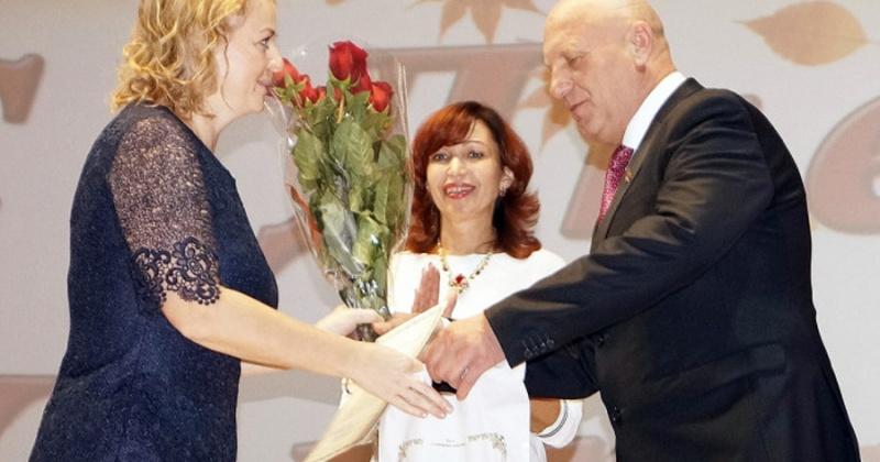 Колымские парламентарии поздравили педагогов школ в своих округах с Днем учителя
