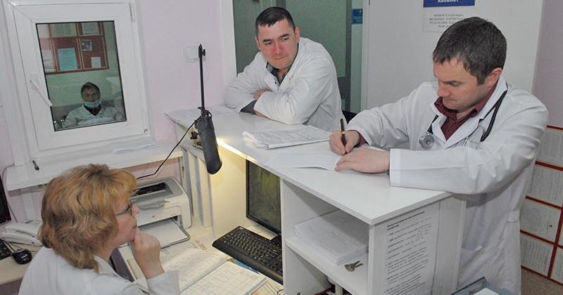 Эдуард Козлов: Необходим достойный уровень оплаты труда медработников Магаданской области
