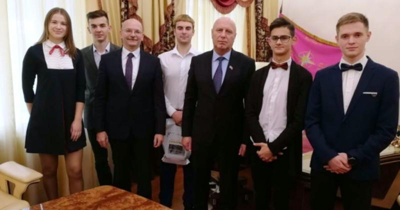 Пятеро студентов главного ВУЗа Магадана получили именные стипендии от Александра Басанского