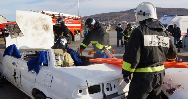 За считанные минуты извлекли пострадавших из искорёженного авто спасатели в Магадане