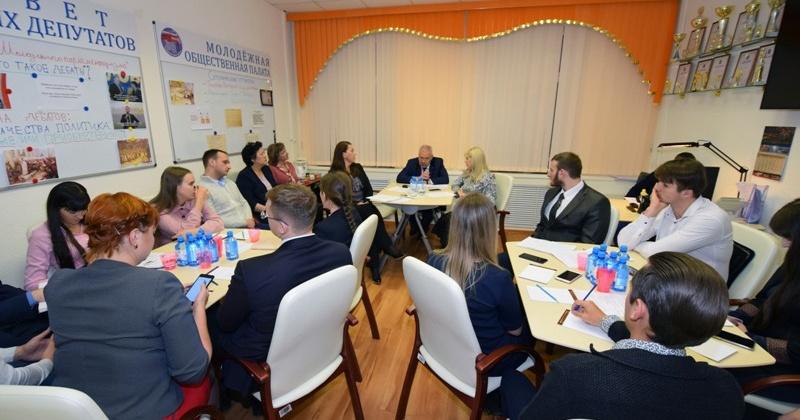 Искусству дебатов учили колымские депутаты участников Школы молодежного парламентаризма Магадана