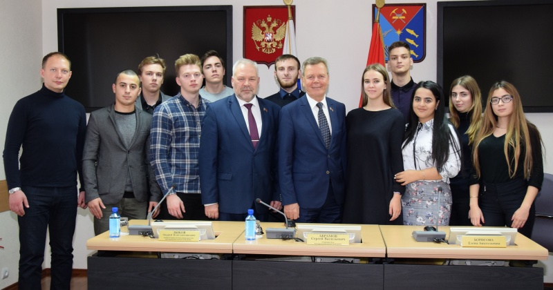 Будущие юристы Магадана задали вопросы колымским парламентариям, узнали об особенностях государственной службы и работе юридического отдела Магаданской областной Думы