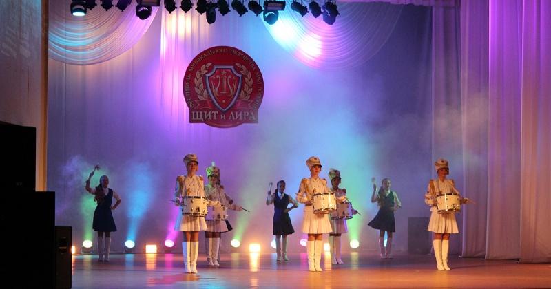 Полицейские Колымы разных званий и должностей вышли на сцену Муниципального центра культуры в Магадане