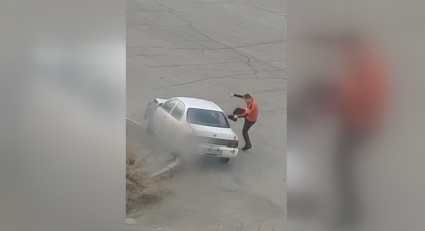 Неадекватный водитель протаранил инормарку в Магадане около бани и ему строили разборки (Видео)