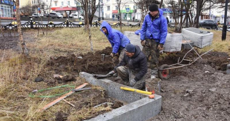 Работники Комбината реставрируют газоны в сквере Победы в Магадане, завозят на объект щебень.