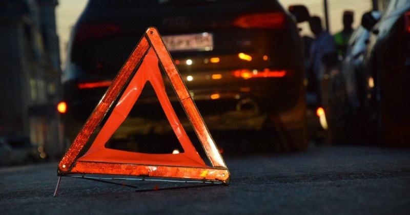 Водитель Subaru Forester ехал по улице Транспортной в Магадане, не справился с управлением и перевернулся