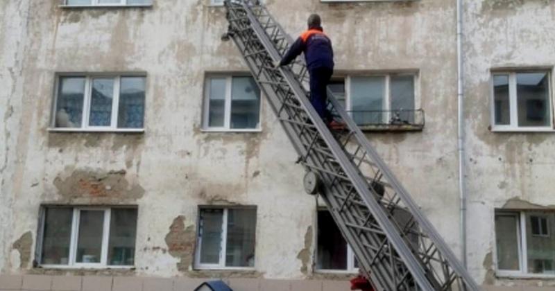 Спасатели и пожарные предотвратили трагедию с маленькими детьми в Магадане