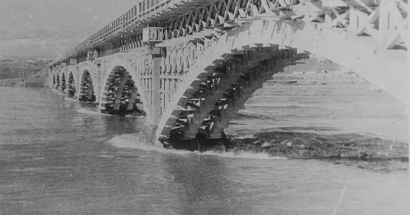 Проект моста через Колыму был рассмотрен и утверждён   техническим советом Дальстроя 84 года назад