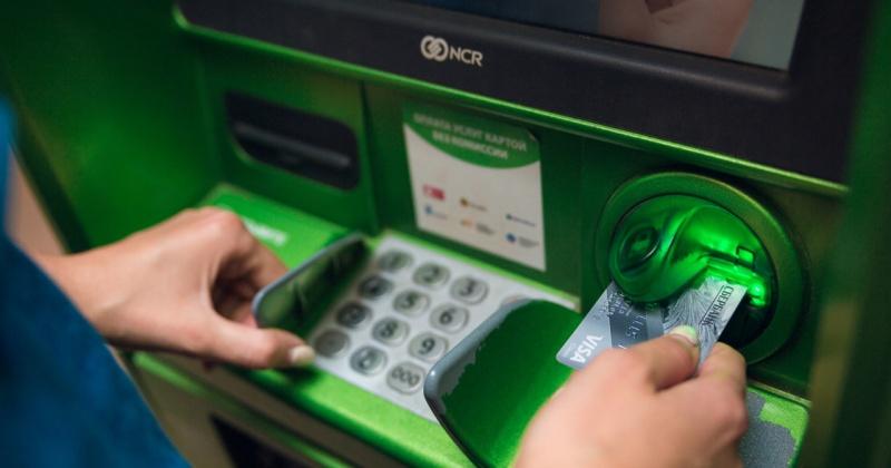 Злоумышленница в аэропорту Магадана украла у мужчины карту и сняла с нее деньги