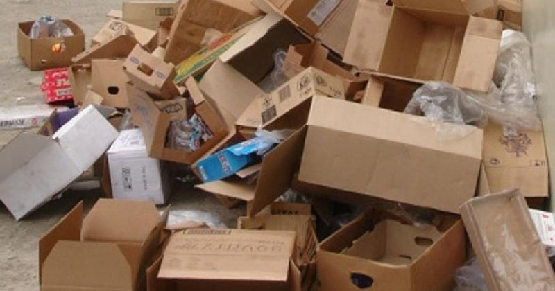 Владельцы магазинов, офисов предприятий Магадана выкидывают мусор в контейнеры многоквартирных жилых домов