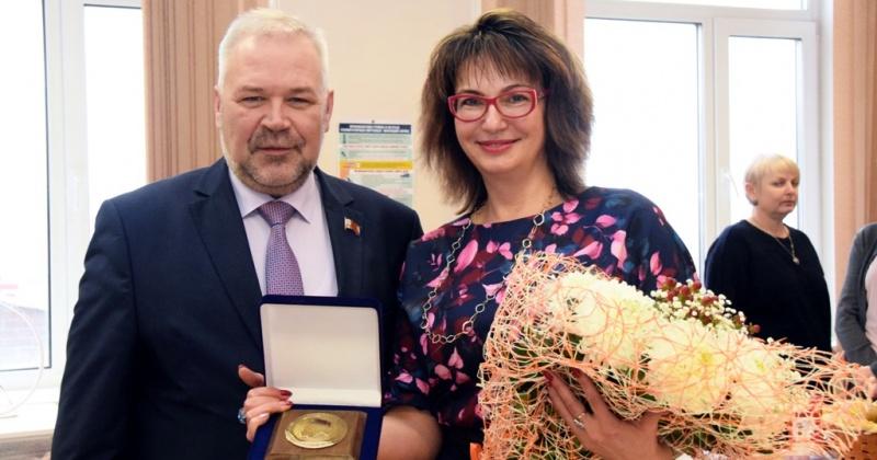 Андрей Зыков поздравил с юбилеем заместителя директора Медколледжа Елену Золенко