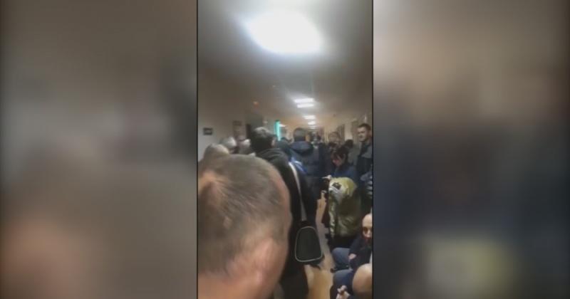 С 3 часов ночи водители Магадана занимали очередь за медсправками для получения или обмена водительских прав (Видео)