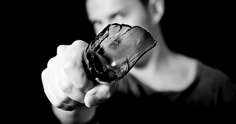 Житель Магадана с осколком от бутылки напал вечером на женщину