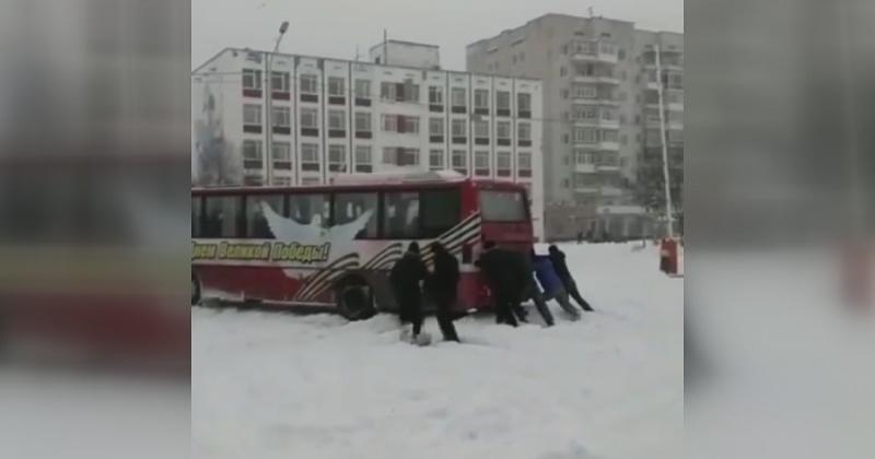 В Магадане в снегопад пассажиры выталкивали автобус на автовокзале (Видео)