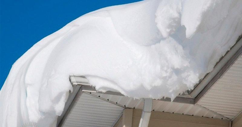 Десятки килограмм снега могут обрушиться на головы жителей Магадана