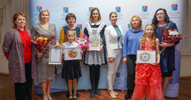 В правительстве региона наградили победителей конкурса на создание эмблемы «Десятилетия детства» в Магаданской области