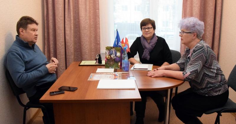 С вопросами, проблемами и словами благодарности пришли жители поселка Сокол к депутату Сергею Замараеву
