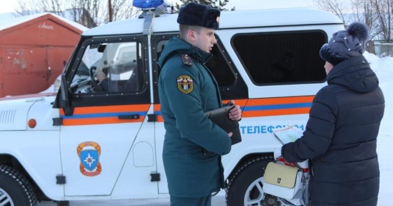 Инспекторы государственного пожарного надзора посещают дома горожан, проживающих в частном секторе Магадана.