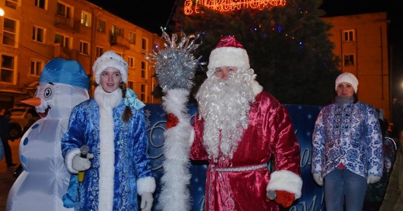 В посёлках Уптар, Сокол и микрорайоне Снежный Магадана с песнями, танцами и фейерверками зажгли огни на новогодних елках