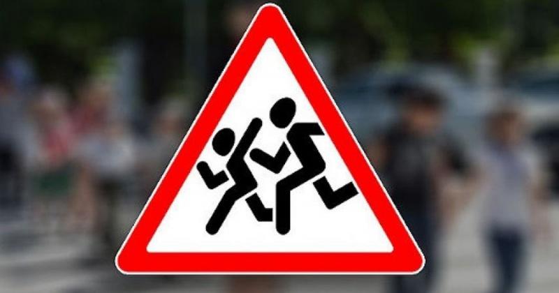 Сотрудники ГИБДД Магадана осуществлять контроль на перекрестках и переходах, расположенных по пути следования детей в школу