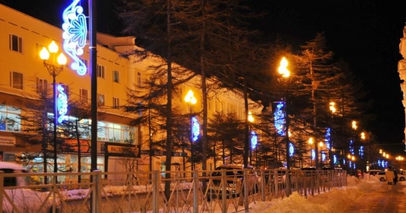 Различные фирмы и магазины Магадана уже украсили свои здания в рамках проведения городского смотра-конкурса