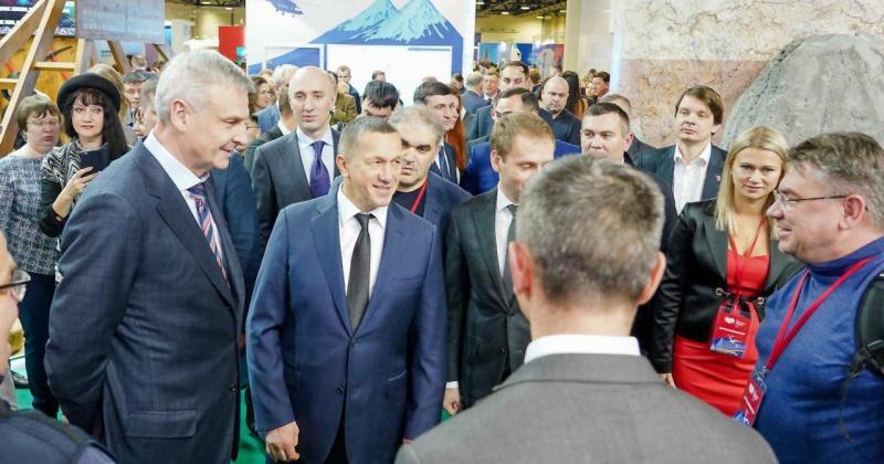 Глава Колымы Сергей Носов представил павильон Магаданской области Юрию Трутневу и Александру Козлову