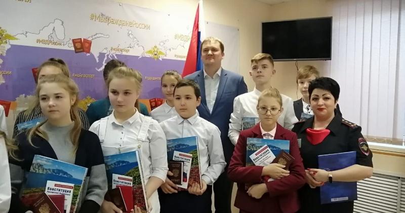 На Колыме в День Конституции РФ состоялось торжественное вручение паспортов юным колымчанам и семье из Украины