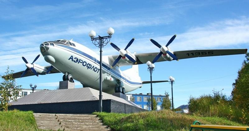 Как устанавливали  памятник Трудовой славы в Магадане: самолёт Ан-12 с бортовым номером 11355 (Видео)