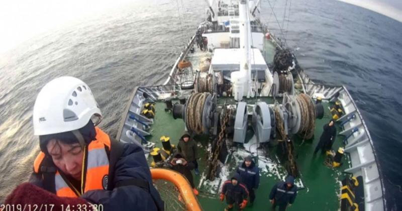 Спасатели Магадана эвакуировали пострадавшую женщину с рыболовецкого судна