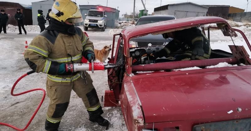 Спасатели Магадана вытащили зажатого водителя из автомобиля