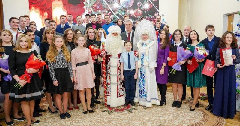 Сергей Носов вручил благодарности представителям талантливой молодежи Колымы