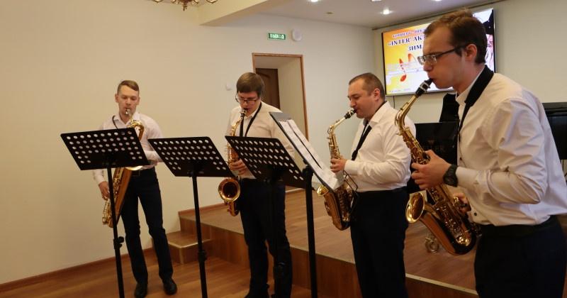В Магадане презентовали новые музыкальные инструменты, полученные благодаря нацпроекту «Культура»