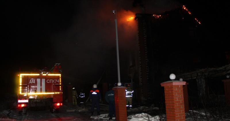 Частный дом горит на 2-ом Кедровом переулке в городе Магадане