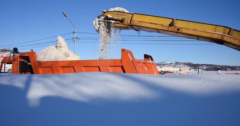 С Соборной площади и проспекта Ленина в Магадане вывозит сегодня снег техника ГЭЛУД