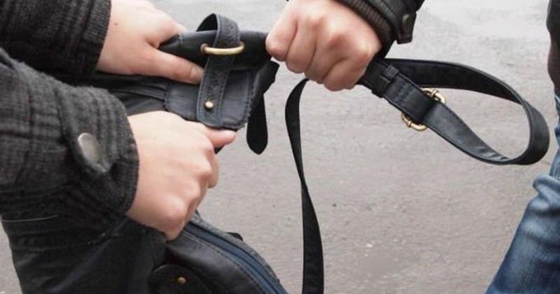 Житель Магадана на улице избил женщину и отобрал у нее сумку с деньгами