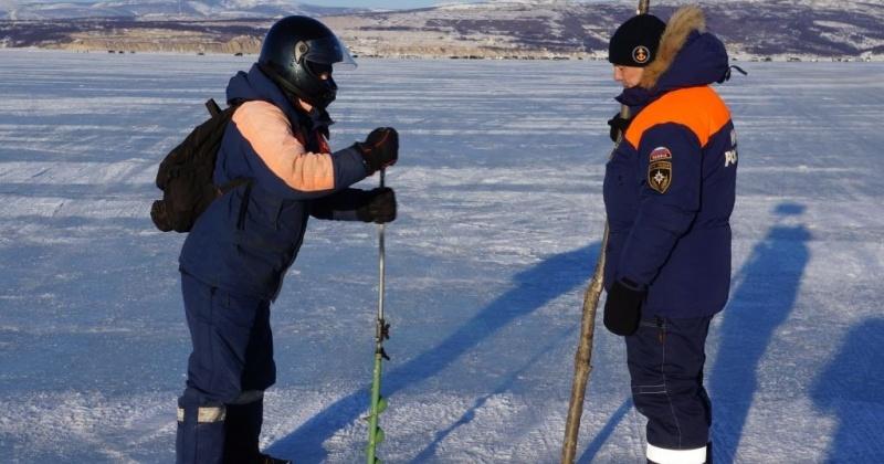 Спасатели проводят с рыбаками Магадана разъяснительную беседу об опасности нахождения на льду