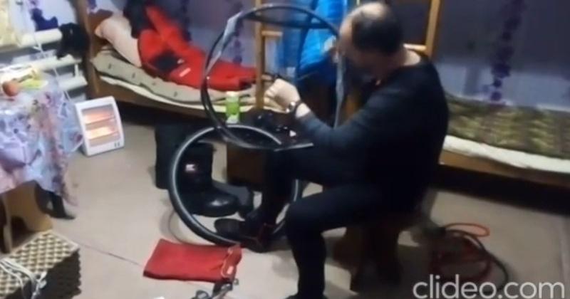 У путешествующего из Магадана в Иркутск испанца Хосе Пахареса сломался велосипед